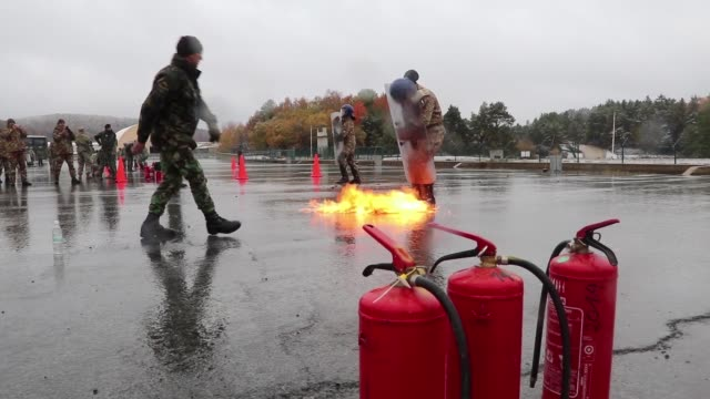 vídeos y material grabado en eventos de stock de us army soldiers from the 1st squadron 89th cavalry regiment 10th mountain division take part in fire phobia training during kfor25 at the joint... - participante