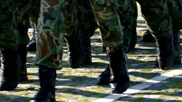 vídeos de stock, filmes e b-roll de exército dos soldados a marchar em formação-slowmotion - soldado exército