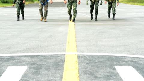 vídeos y material grabado en eventos de stock de soldados del ejército marchando línea de tropas - soldado ejército de tierra