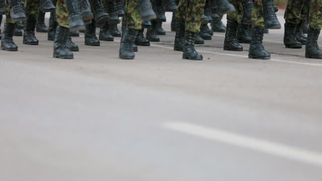 vídeos de stock, filmes e b-roll de soldados do exército que marcham na parada militar - marchando