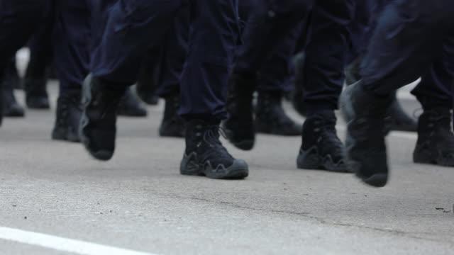 armeesoldaten marschieren auf militärparade - marschieren stock-videos und b-roll-filmmaterial
