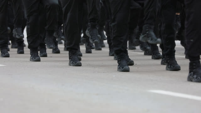 army soldiers marching on military parade - allarme di prova video stock e b–roll