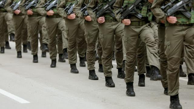 軍のパレードで行進する陸軍兵 - 軍隊点の映像素材/bロール