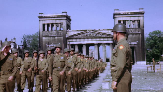 army soldiers marching through the propylaea on the konigsplatz / munich, germany - 1945 stock-videos und b-roll-filmmaterial