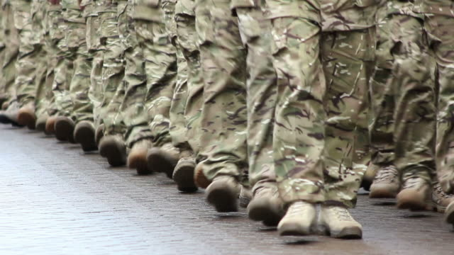 stockvideo's en b-roll-footage met army soldiers marching towards camera - hd & pal - tweede wereldoorlog