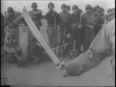 vidéos et rushes de army soldiers open a camouflaged hole in the ground and run out / soldiers with rifles and bayonets clash in a training field / soldiers run through... - baïonnette