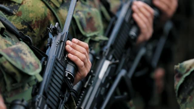 軍の兵士が立って、注文を待っている - 軍隊点の映像素材/bロール