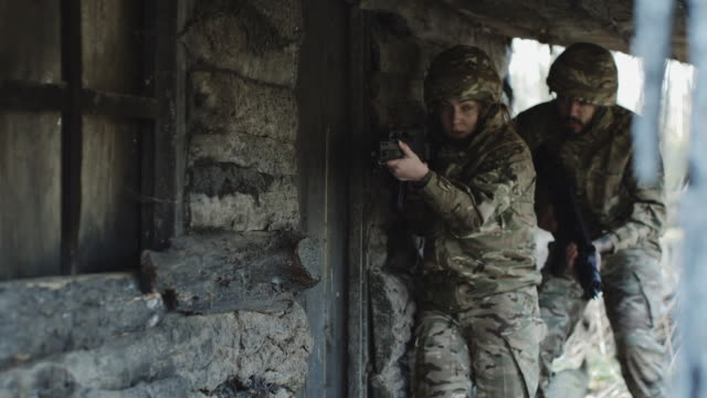 vidéos et rushes de army soldiers storm house to free hostage - army