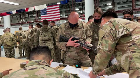 army soldiers turn in their weapons after returning home from a 9-month deployment to afghanistan on december 10, 2020 at fort drum, new york. the... - armé bildbanksvideor och videomaterial från bakom kulisserna