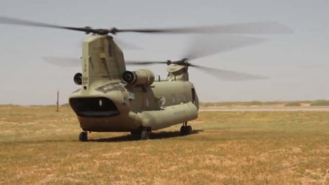 us army soldiers use a ch47 chinook helicopter to practice slingload routines with a howitzer gun during a training event on fort bliss texas - militärövning bildbanksvideor och videomaterial från bakom kulisserna