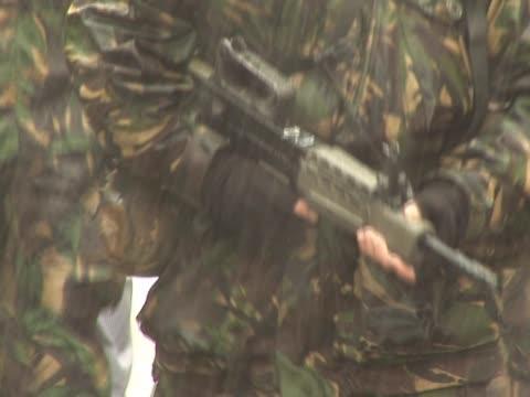 stockvideo's en b-roll-footage met army soldiers with guns 2 - pal - eerste wereldoorlog