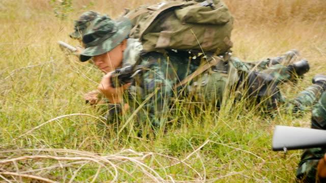armésoldater med vapen under den militära operationen i fältet kriget koncept - krypa bildbanksvideor och videomaterial från bakom kulisserna
