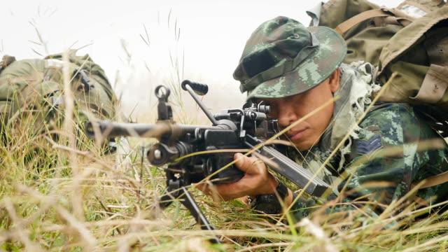 vidéos et rushes de soldats de l'armée avec des fusils au cours de l'opération militaire sur le terrain, la notion de guerre - arme à feu