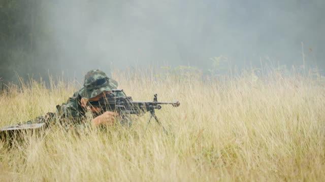 Soldaten mit Gewehren während der Militäroperation im Feld Krieg Konzept