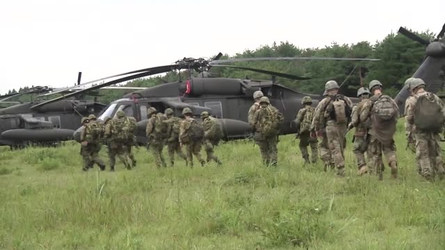 vídeos de stock e filmes b-roll de army soldiers with the 2-151 infantry brigade combat team support by fire live fire exercise in japan as a part of orient shield 2018. - acampamento base