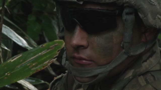 stockvideo's en b-roll-footage met us army soldiers with the 2151 infantry brigade combat team support by fire live fire exercise in japan as a part of orient shield 2018 - missiehuis