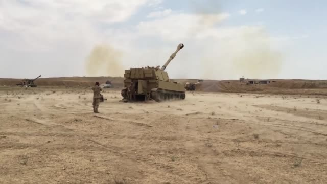vídeos y material grabado en eventos de stock de us army soldiers with the 3rd cavalry regiment fire m777 howitzer artillery alongside iraqi security force artillery at known isis locations near the... - isis