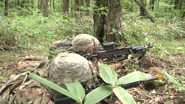 vídeos de stock e filmes b-roll de army soldiers with the 76th infantry brigade combat team prepare for a live fire exercise in japan as a part of orient shield 2018. - acampamento base