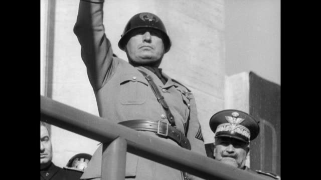 vídeos y material grabado en eventos de stock de army stands in front of roman ruins / hundreds of soldiers goose step past mussolini / mussolini salutes mussolini and his army celebrate 15th... - 1938