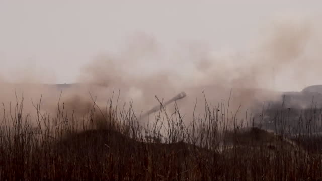 vidéos et rushes de a us army tank firing at islamic state positions in western mosul - tir à l'arme à feu