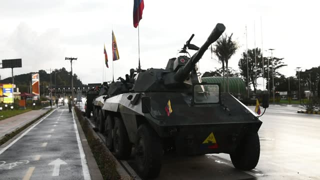 vidéos et rushes de army tanks stand at a freeway toll booth to prevent demonstrators from making damages on may 04, 2021 on the outskirts of bogota, colombia. violent... - char véhicule blindé