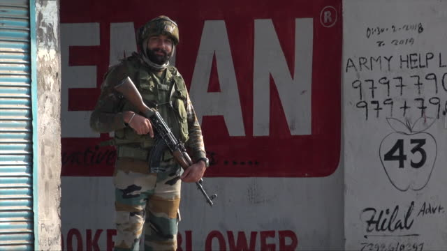 army troops in kashmir during heightened tensions between india and pakistan - jammu e kashmir video stock e b–roll
