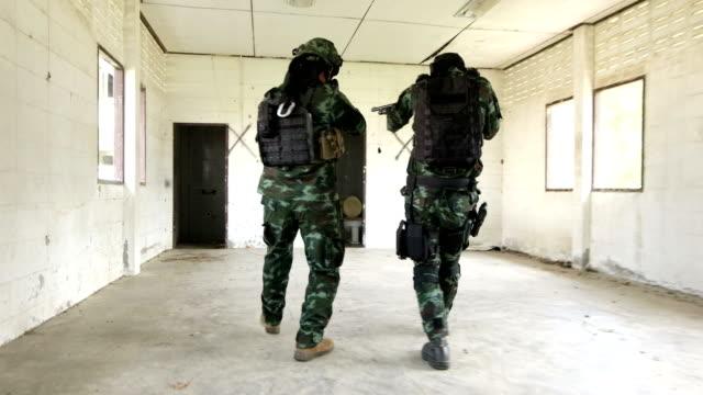 armén trupper plundrade i övergivna byggnader. - armé bildbanksvideor och videomaterial från bakom kulisserna
