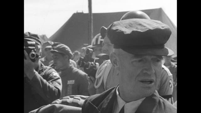 vidéos et rushes de us army trucks enter freedom village camp / truck stops by sign ñwelcome gate to freedomî / pows hop out of truck each one greeted by soldier who... - prisonnier de guerre