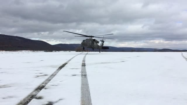 vídeos y material grabado en eventos de stock de us army uh60 black hawk helicopter with alpha company lands and takes off on snow at fort indiantown gap pennsylvania november 16 2018 - regimiento