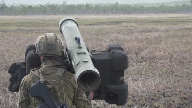 stockvideo's en b-roll-footage met us army us marines and australian defense force conduct a combined joint force maneuver exercise with m142 high mobility artillery rocket system rbs... - raket wapen