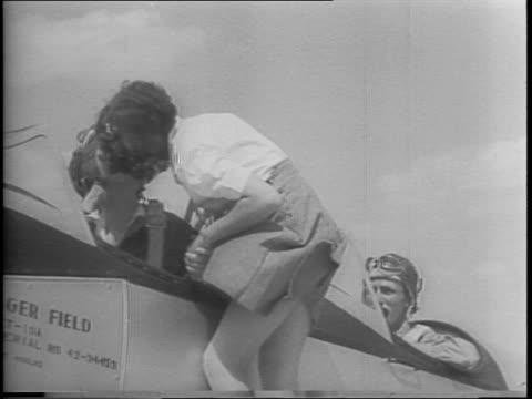 army's first women ferry pilots get their silver wings / 23 graduate as full fledged ferry fliers / jacqueline cochran and major landon e mcconnell... - ピンを刺す点の映像素材/bロール