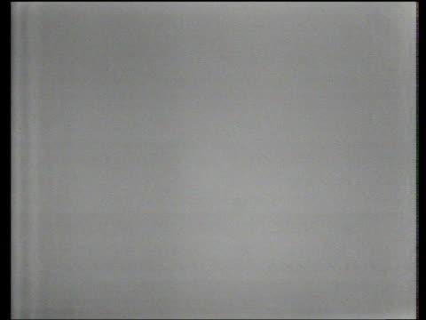 vídeos y material grabado en eventos de stock de arnold palmer brilliant approach shot to within inches of 13th hole world matchplay championship final wentworth 1967 - bandera de golf
