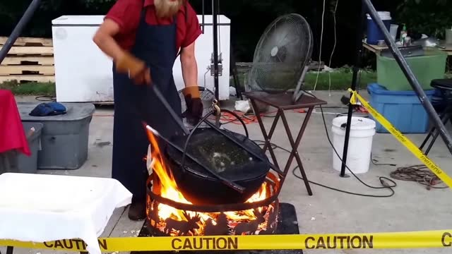 arnold schrock filmed an amish husband and wife making kettle-cooked popcorn in fredericksburg, ohio. arnold happened to come across the couple while... - amische stock-videos und b-roll-filmmaterial