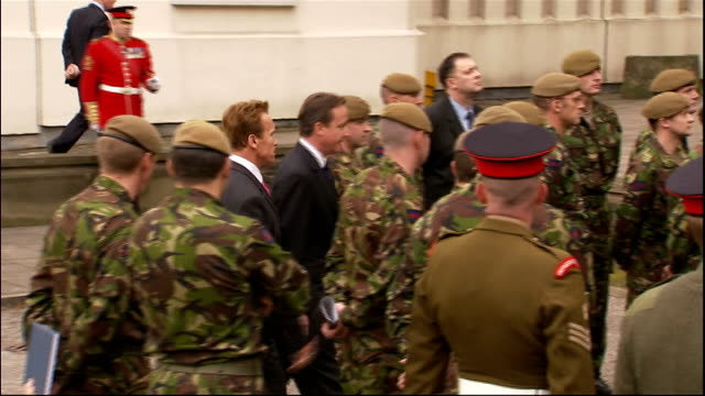 arnold schwarzenegger and david cameron visit wellington barracks wide shot of soldiers gathered / people watching from windows / woman on balcony... - arnold schwarzenegger stock-videos und b-roll-filmmaterial