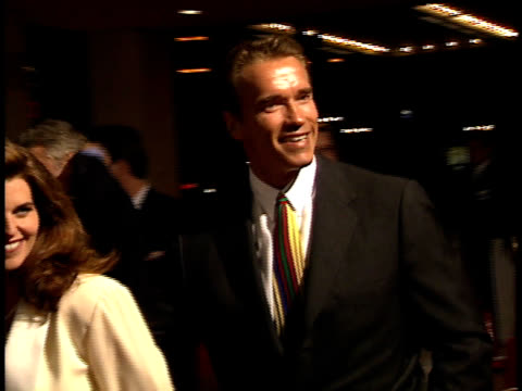 vidéos et rushes de arnold schwarzenegger and maria shriver arrive together and walk on the red carpet - arnold schwarzenegger