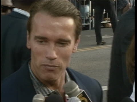 arnold schwarzenegger and maria shriver at the premiere of batman returns at mann's chinese theater in los angeles, california. - arnold schwarzenegger stock-videos und b-roll-filmmaterial