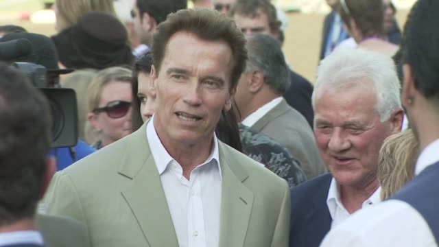 arnold schwarzenegger at the breeders' cup world thoroughbred championships day two at los angeles ca. - アーノルド・シュワルツェネッガー点の映像素材/bロール