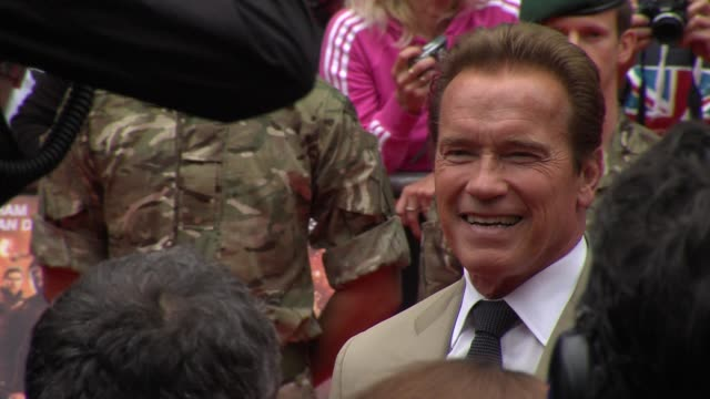 arnold schwarzenegger at the expendables 2 - uk premiere at empire leicester square on august 13, 2012 in london, england - アーノルド・シュワルツェネッガー点の映像素材/bロール