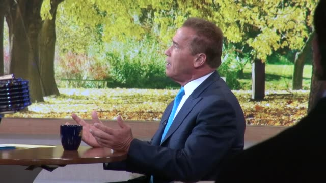 vidéos et rushes de arnold schwarzenegger at the 'good morning america' studio in new york ny on 10/1/12 - arnold schwarzenegger