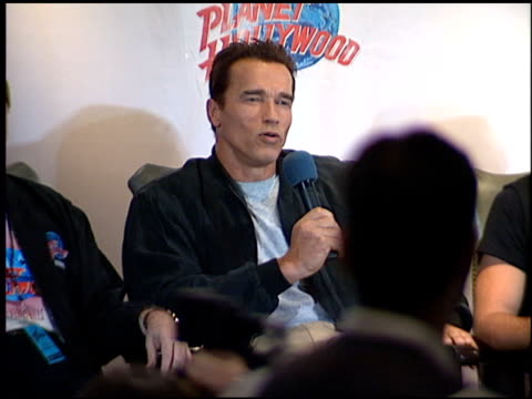 arnold schwarzenegger at the planet hollywood press conf and entrances on september 17, 1995. - 1995年点の映像素材/bロール