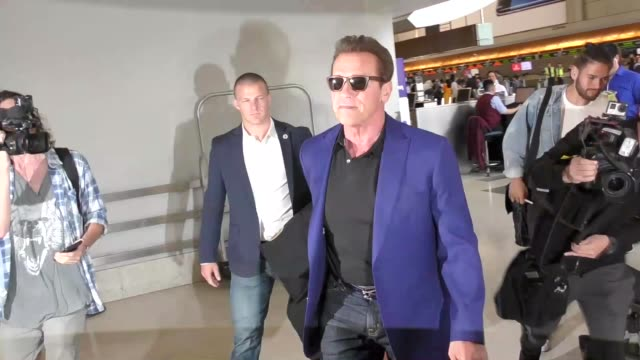 arnold schwarzenegger departing lax airport celebrity sightings on april 27 2017 in los angeles california - arnold schwarzenegger stock-videos und b-roll-filmmaterial