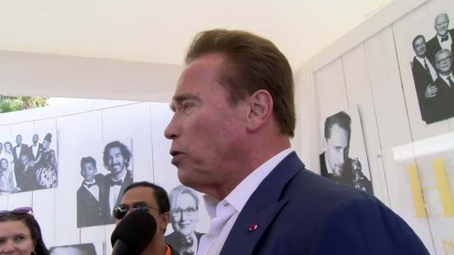 vidéos et rushes de arnold schwarzenegger on the history of cannes and the movie at carlton hotel on may 20 2017 in cannes france - arnold schwarzenegger