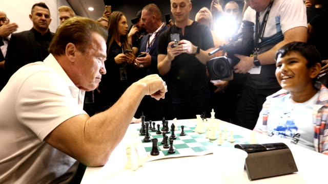 vidéos et rushes de arnold schwarzenegger plays chess with sharath thandi during the arnold sports festival australia at the melbourne convention and exhibition centre... - arnold schwarzenegger