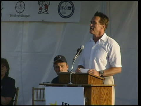 politcal campaign schwarzenegger on podium pull out to i/c - arnold schwarzenegger stock-videos und b-roll-filmmaterial