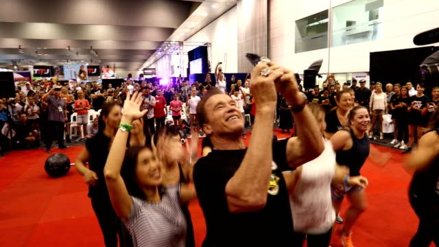 vidéos et rushes de arnold schwarzenegger takes a video as dancers perform during the arnold sports festival australia at the melbourne convention and exhibition centre... - arnold schwarzenegger