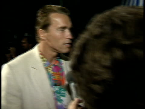 vidéos et rushes de arnold schwarzenegger talks to reporters at the premiere of point break - arnold schwarzenegger