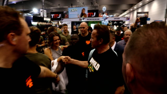 vidéos et rushes de arnold schwarzenegger walks through the exhibits during the arnold sports festival australia at the melbourne convention and exhibition centre on... - arnold schwarzenegger