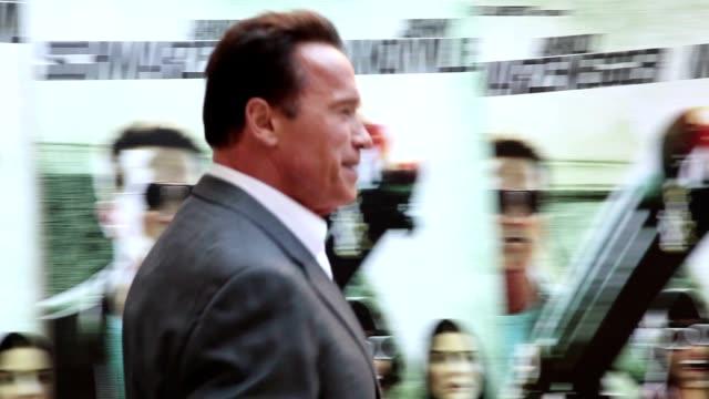 vídeos y material grabado en eventos de stock de arnold schwarzengger and johnny knoxville at 'the last stand' photocall in rome at hassler hotel on january 25 2013 in rome italy - el último desafío