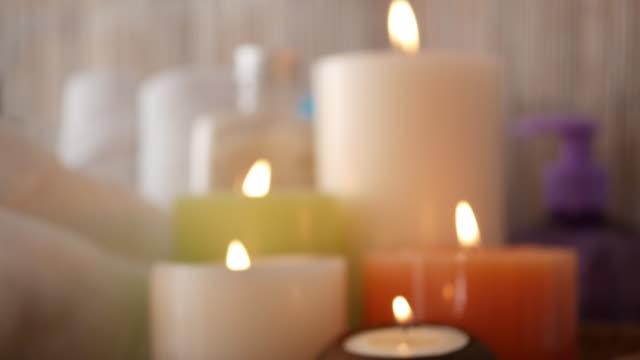 vídeos de stock, filmes e b-roll de velas de aromaterapia para relaxar no salão de massagens. - perfumado