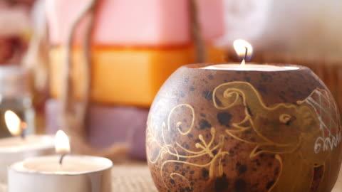 vidéos et rushes de bougies d'aromathérapie pour se détendre dans le salon de massage. - bouddhisme